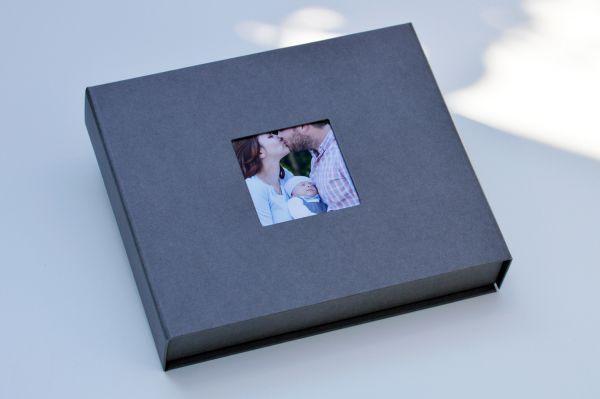 Box für einen USB Stick und 13 x 18 cm Bilder